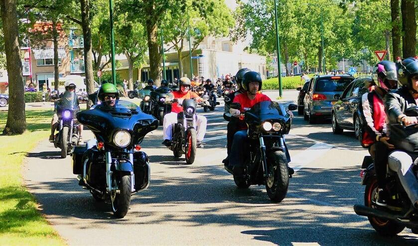 De motorrijders bewijzen de laatste eer aan een overleden motorrijder.