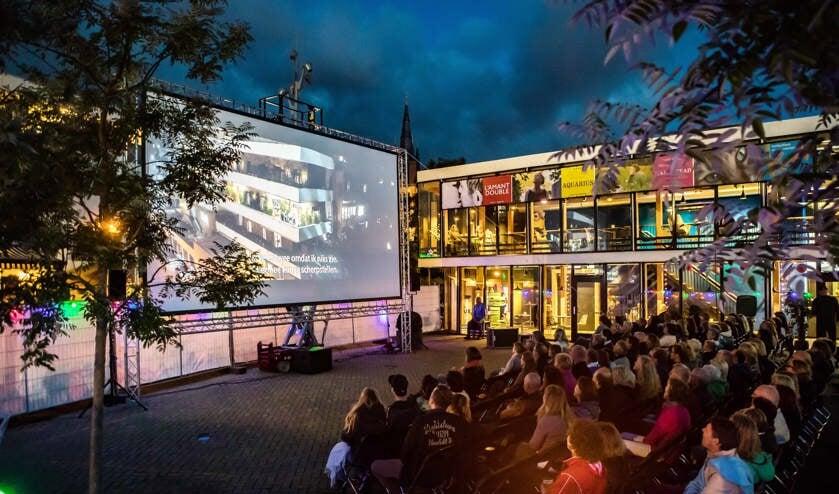 In 2017 vertoonde Filmtheater Hilversum al eerder films net buiten de deur.