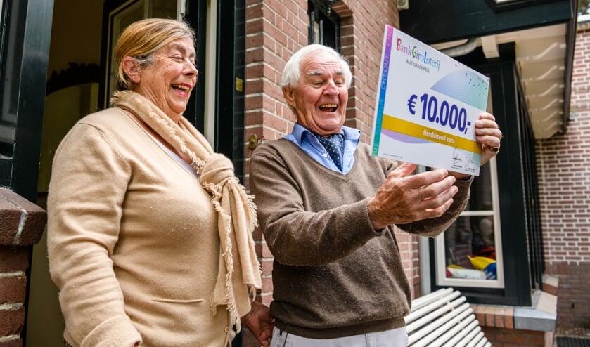 Siegbert en zijn vrouw worden verrast met 10.000 euro van de BankGiro Loterij.