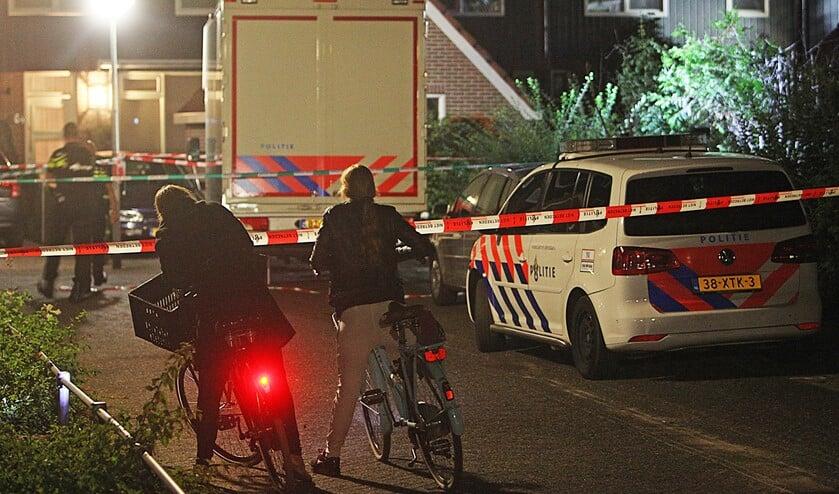 Tot 's avonds laat deed de politie op 9 september 2015 nog onderzoek naar de moord midden in een woonwijk in Huizen.