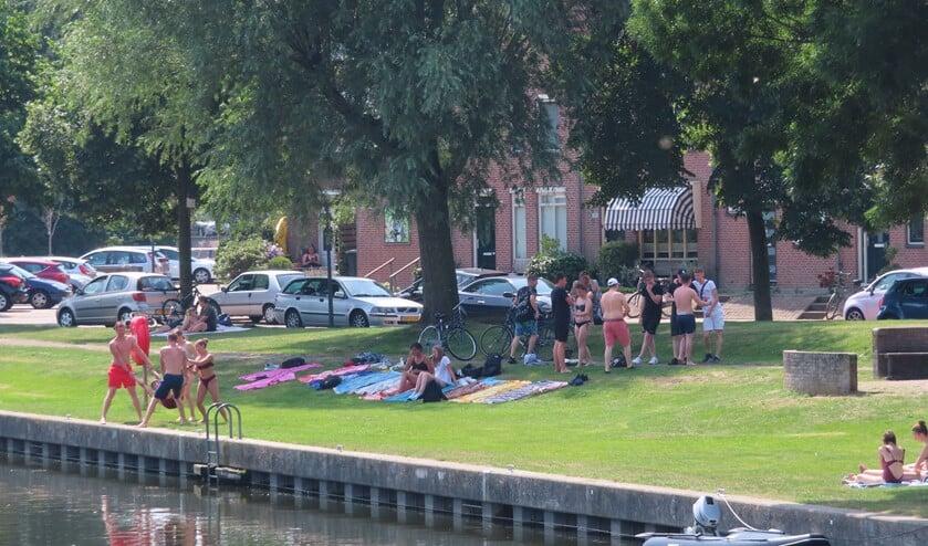 Bij mooi weer zijn vaak groepen jongeren bij de Aanloophaven te vinden die plezier maken.