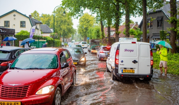 Juli: Opnieuw ondergelopen straten door hevige regenval. Foto: Bob Awick © Enter Media