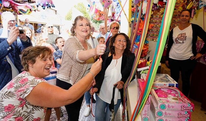 De burgemeester tijdens de opening van de afgelopen kermis. Samen met kermiscoördinator Elvira van Elsäcker (l) en BOV-voorzitter Mona Deuning.