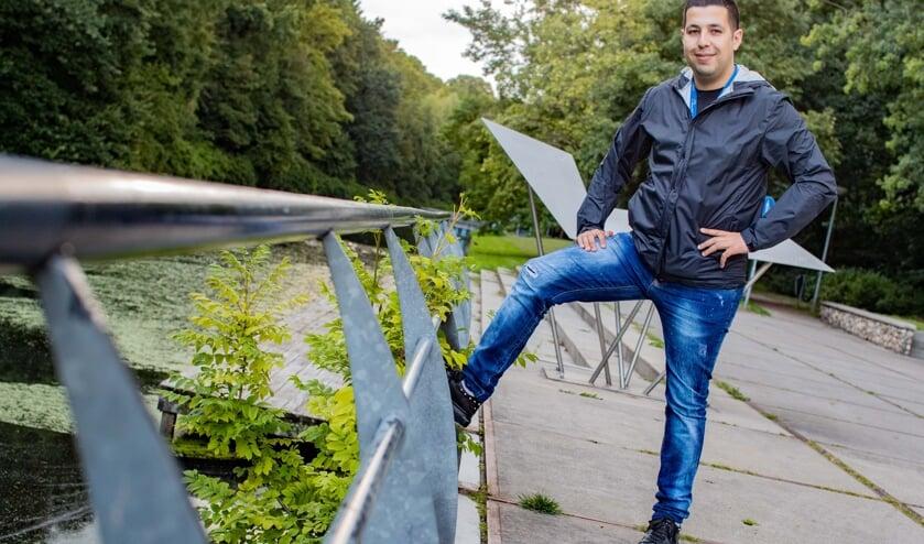 Jongerenwerker Chakir el Allachi legt Hilversummers ook uit over de straatcultuur van jongeren.
