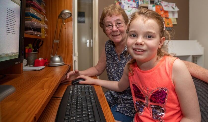 Elke dinsdag schrijft Jackie Brakkee bij oma Marianne aan haar boekjes over leeuwenwelpje Nala.