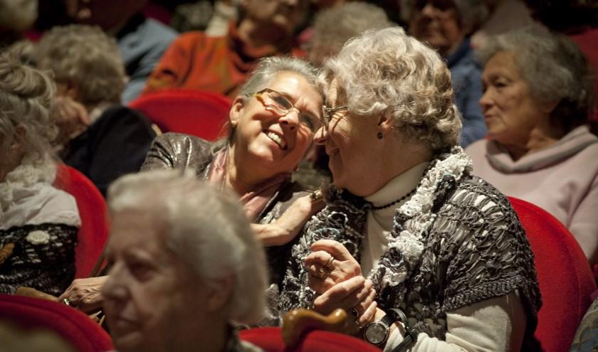 Ouderen kunnen dankzij stichting Vier het Leven naar de film of het theater.