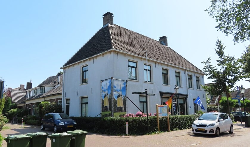 Het Schoutenhuis valt op tussen de oude boerderijen en kleine huisjes in Huizen.