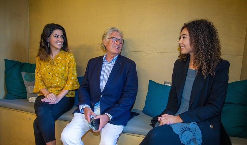 Gerard Knoop met budgetcoaches Talar (l) en Nathalie.