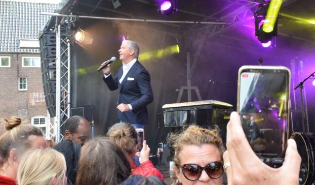 Dries Roelvink bij Toeters & Bellen tijdens het Sluis-en-bruggenfeest.