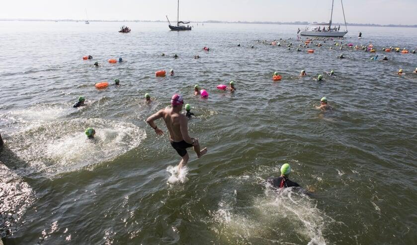 300 recreatie- en wedstrijdzwemmers doken het water in.