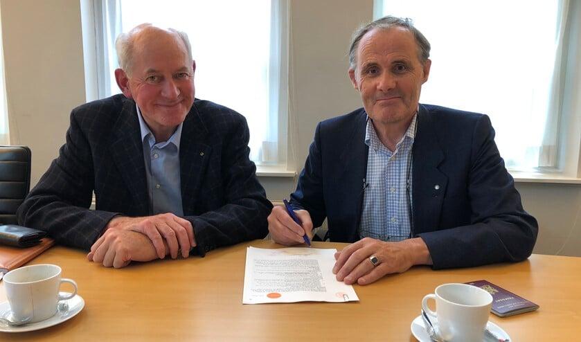 Penningmeester Roeland Bijlard (r)ondertekend de statuten van de nieuwe stichting. Links Hans Borremans.