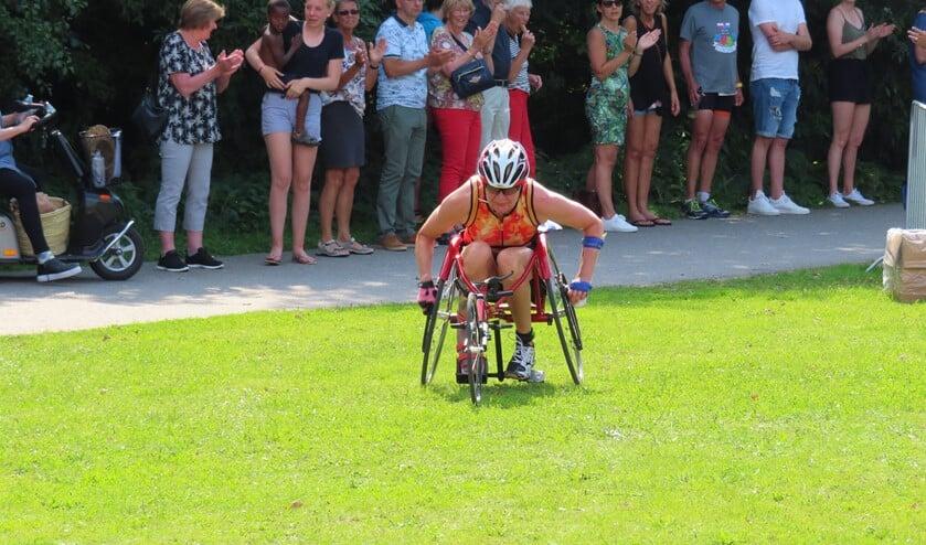 Djoke van Marum tijdens de finish van Triathlon Huizen.