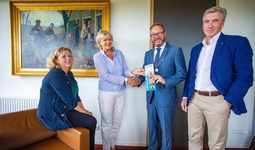 V.l.n.r.: Aukje van den Brink-Krul, voorzitter Hanneke Nolten, burgemeester Roland van Benthem en penningmeester George Gerards.