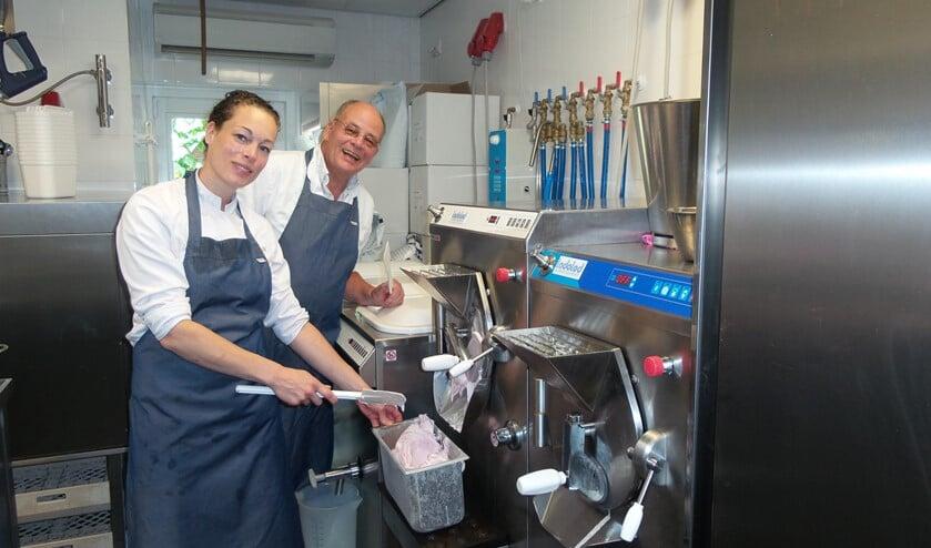 Caroline Kooy van De Hoop samen met haar vader achter de ijsmachine.
