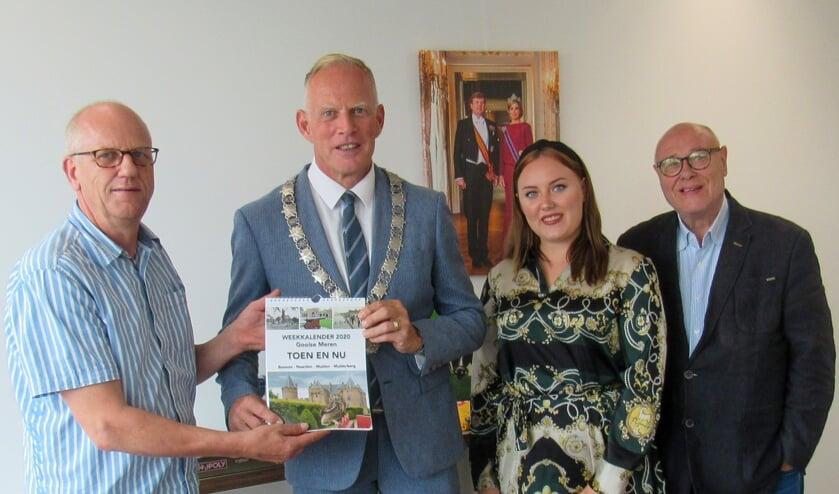 Burgemeester Han ter Heegde ontvangt het eerste exemplaar van Henk Liebe (links).