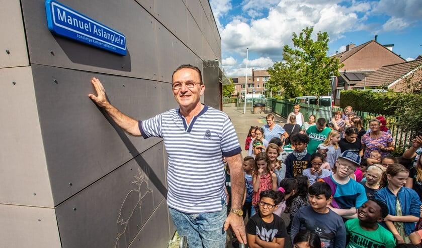 Manuel heeft zijn 'eigen' plein gekregen op de Kamperfoelieschool.