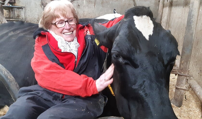 De 87-jarige Ria samen met koe Merel.