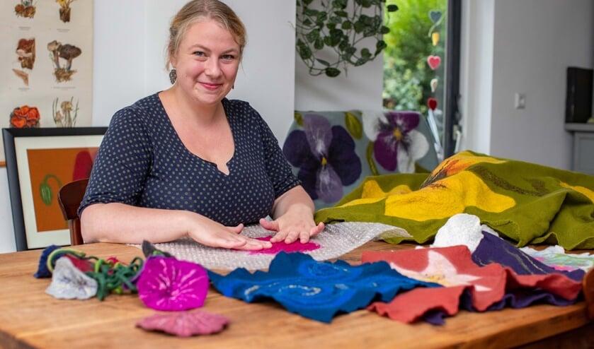 Carmijn Schreurs maakt lijkwaden van vilt. In november geeft ze les op de Gooise Academie in Laren.