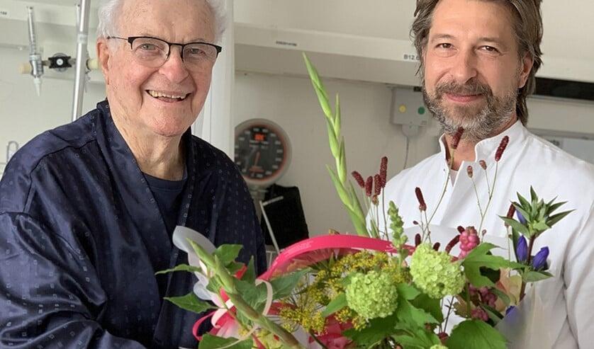 Aart van Gent (l) met zijn behandelend arts Florijn van der Windt.