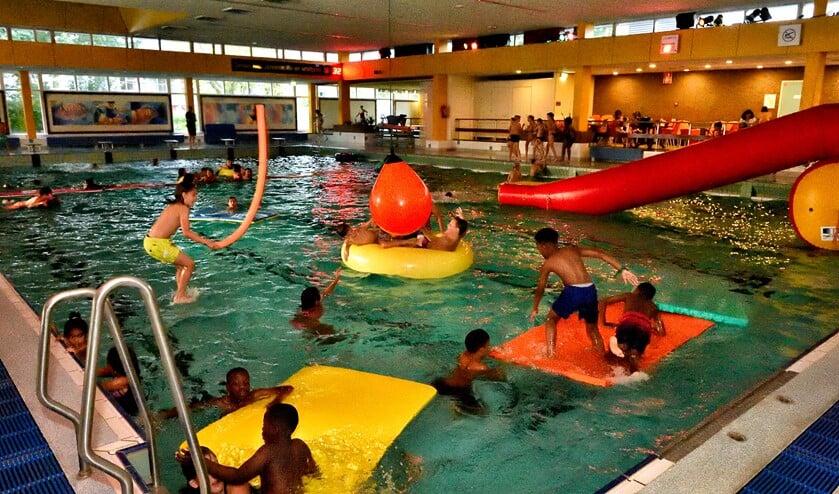 Discozwemmen in sportcentrum.