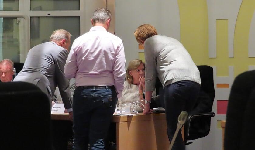 Wethouder Verbeek tijdens de schorsing in overleg met de 'baas' van de ambtenaren en mensen van de communicatieafdeling.