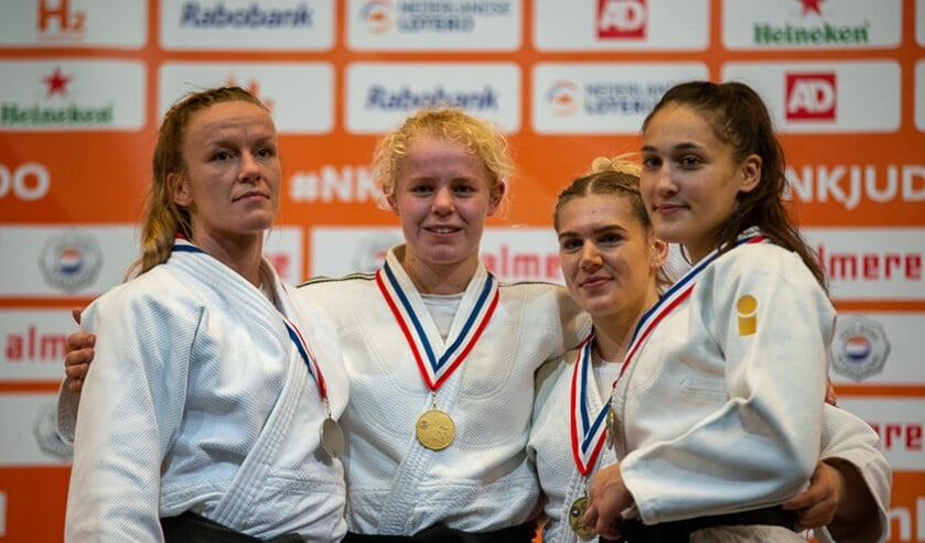 Nadiah Krachten met haar gouden medaille op het podium.
