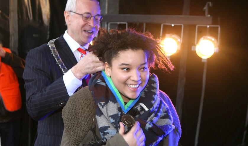 In 2014 ontving Julia van der Toorn de 'Bussumse Belofte' van de toenmalige burgemeester Henk Heijman.