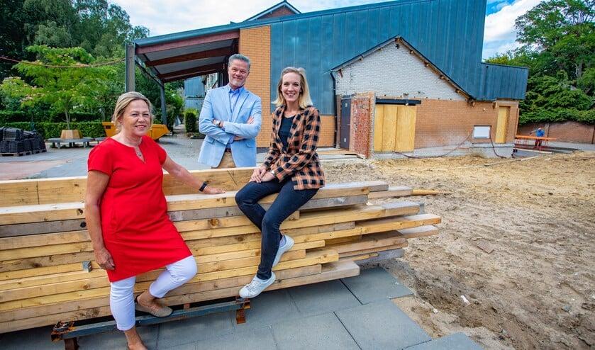 Birgitta Abeling, Bart van de Vlist en Ryanne Zeeman bij de deels gesloopte school.
