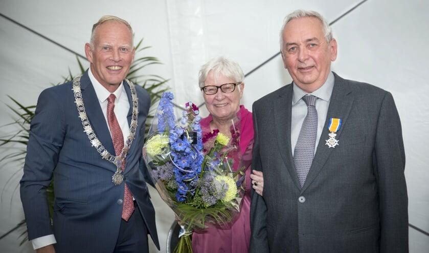 De burgemeester met Patrick Poelmann en zijn vrouw.