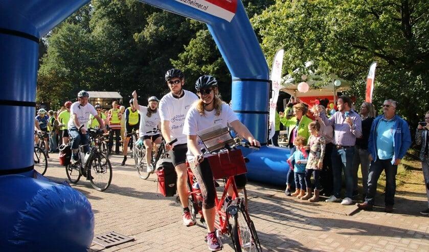 Vorig jaar was het vertrek op de Woensberg en dit jaar deed 2bike4alzheimer weer Huizen aan.