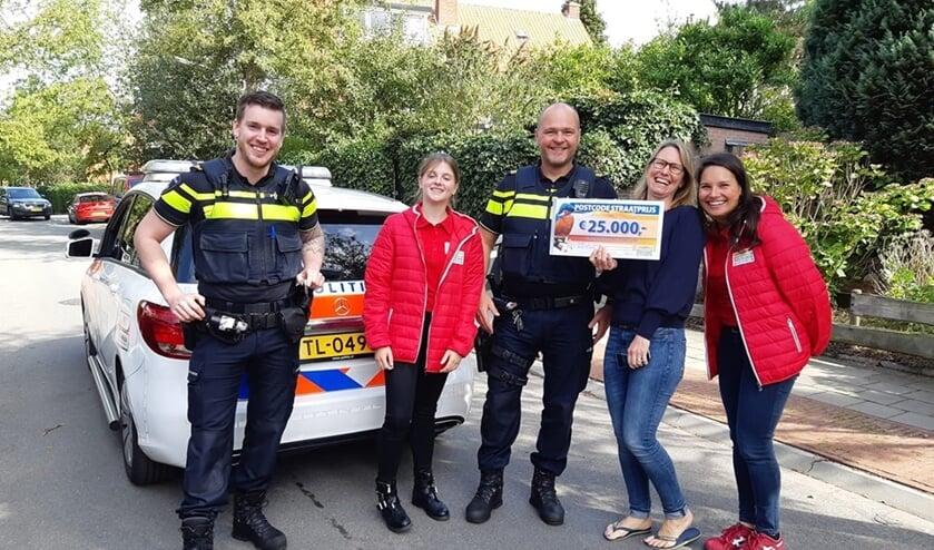 Marloes kreeg 25.000 euro. De politie ging graag met haar op de foto.