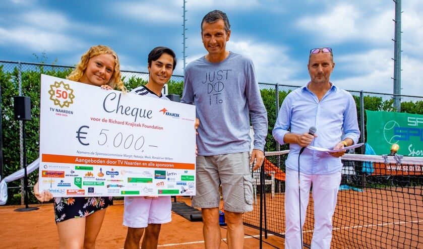 Een mooie cheque voor de foundation van Richard Krajicek.