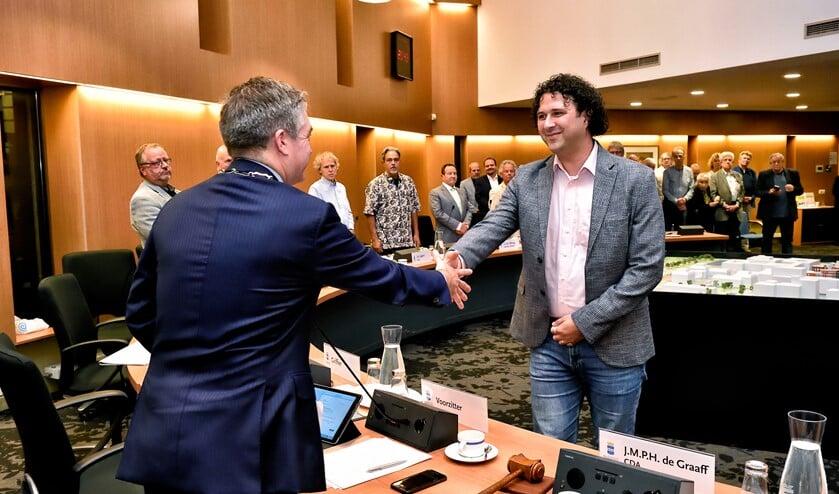 Burgemeester Boog feliciteert de nieuwe wethouder.