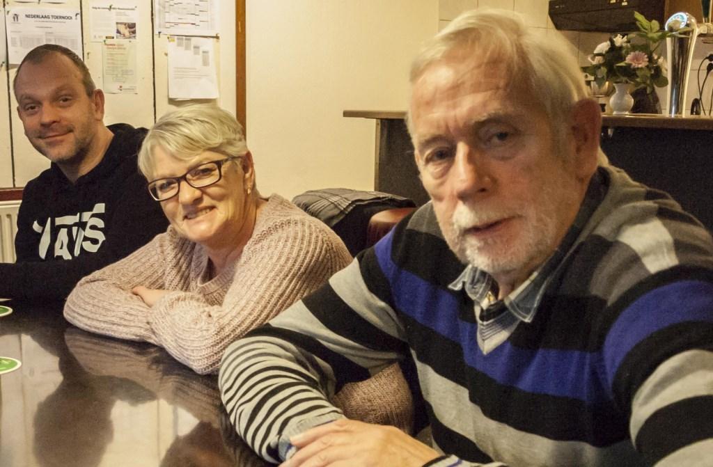 Jan Raaijmakers (rechts) aan de bar van de biljartclub.