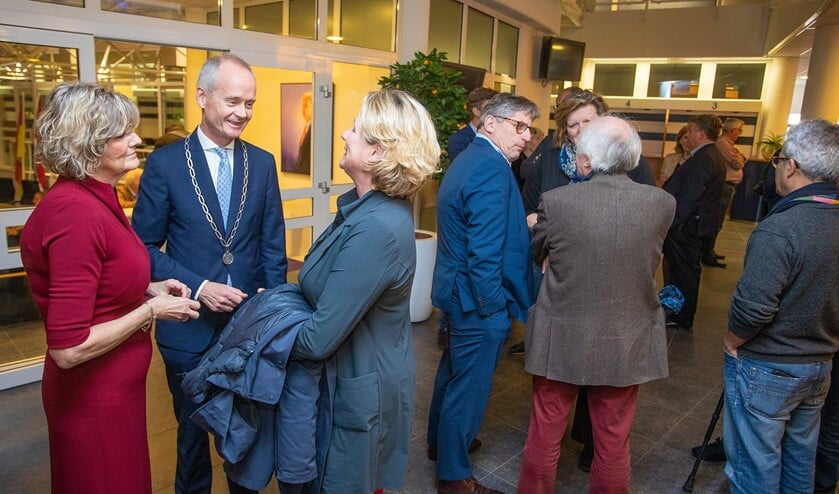 Burgemeester Niek Meijer en zijn vrouw Janny in gesprek met een van de bezoekers.