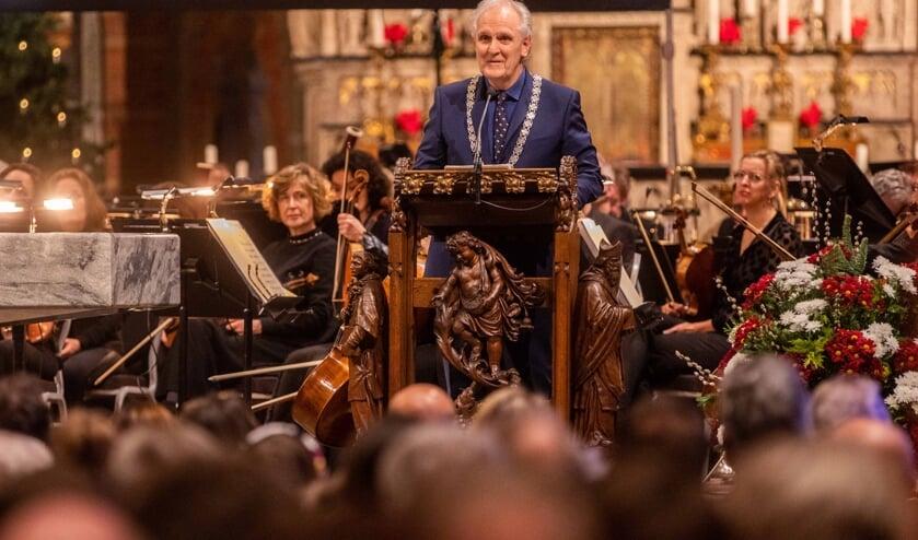 Vanaf de kansel sprak de burgemeester de volle St. Vituskerk dinsdagavond toe met zijn boodschap voor 2020.