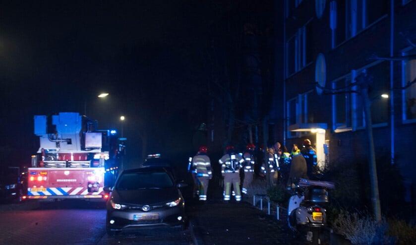 De brandweer in Weesp in actie op de H. Marsmanstraat.