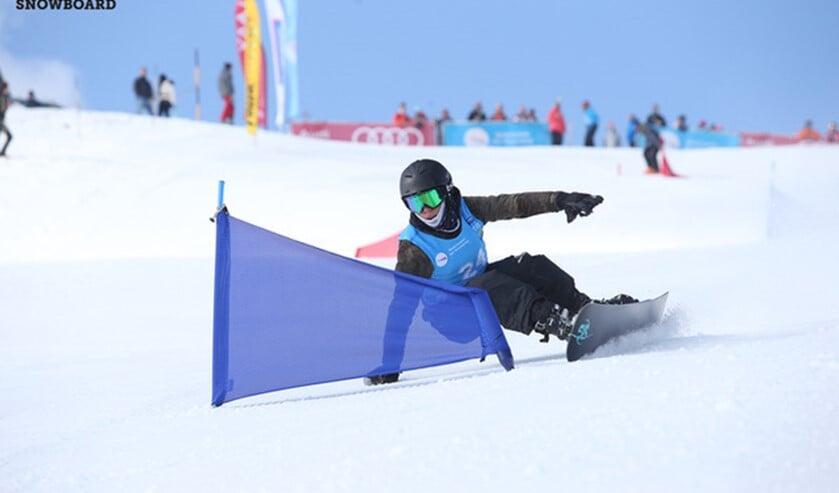 Matthijs Moerman in actie op zijn snowboard.