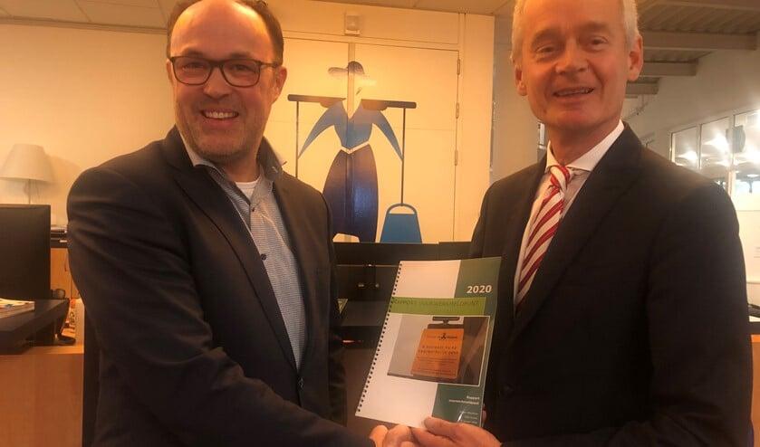 Ruben Woudsma overhandigd het vuurwerkrapport aan burgemeester Niek Meijer.