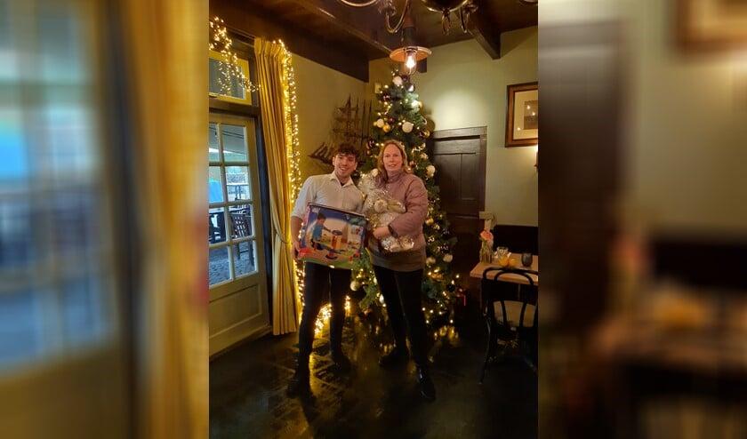 Elisabeth Venema van de Geef en Neemwinkel neemt het speelgoed in ontvangst bij de Haven van Huizen.