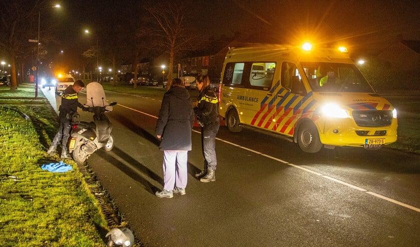 De politie bekijkt de scooter die betrokken was bij het ongeval.