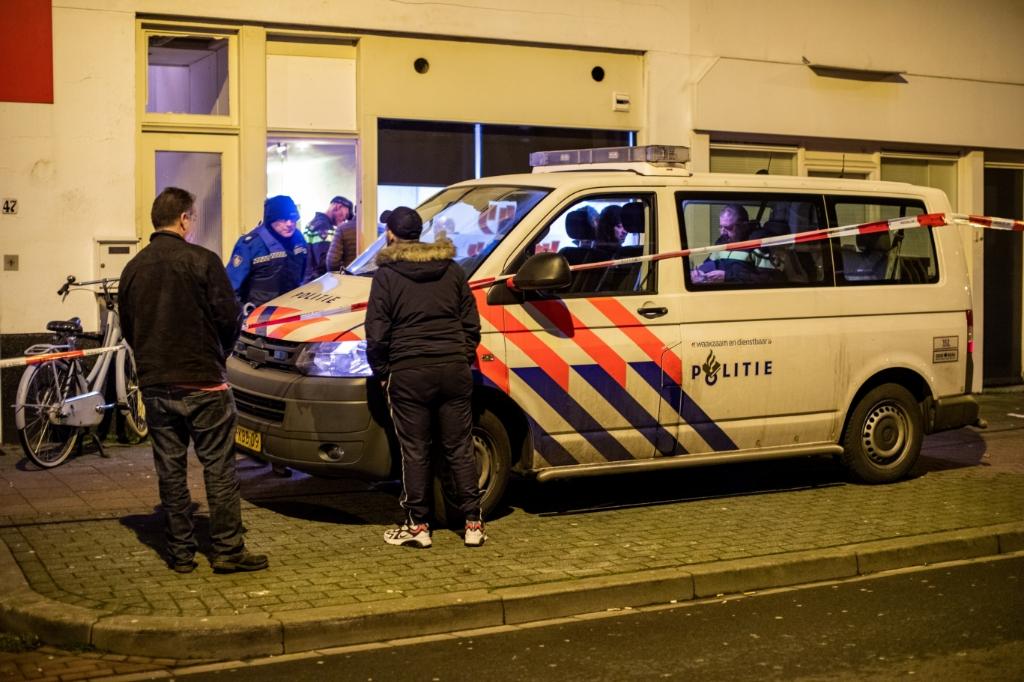 Politie bij het pand aan de Larenseweg.  Foto: © Foto Miché / Bastiaan Miché © Enter Media