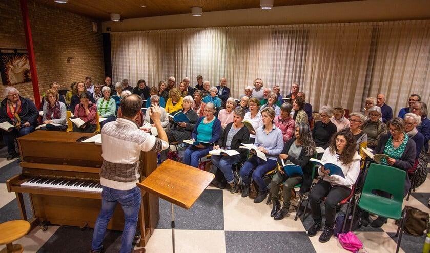 Dirigent Wouter Verhage ging meteen hard aan de slag tijdens de eerste repetitie van het projectkoor.