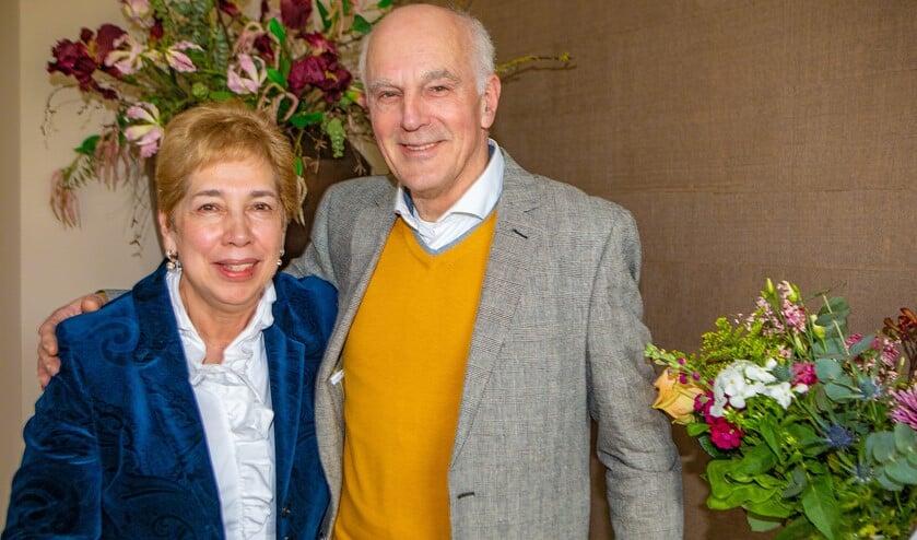 Joke en Piet Schaafsma tussen de bloemen die ze kregen voor hun 50-jarig huwelijksfeest.