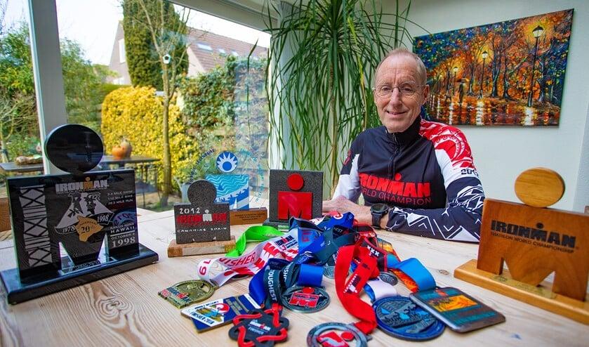 Triatleet Mink Zeilstra met enkele van zijn gewonnen prijzen.
