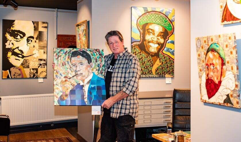 Peter Samsom met in zijn handen het werk met daarop zijn opa en Franco Luambo Makiadi op de achtergrond. Rechts: Jan Pieterszoon Sweelinck.