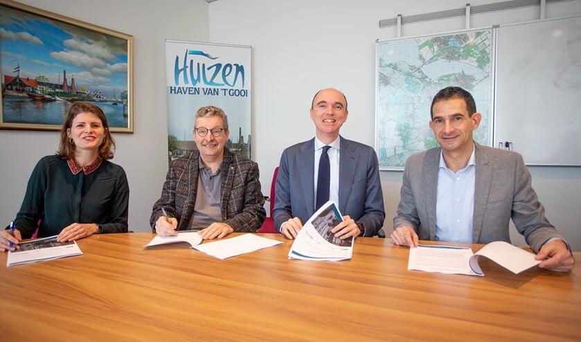 Wethouder Maarten Hoelscher (r) ondertekende voor de gemeente Huizen de overeenkomst.