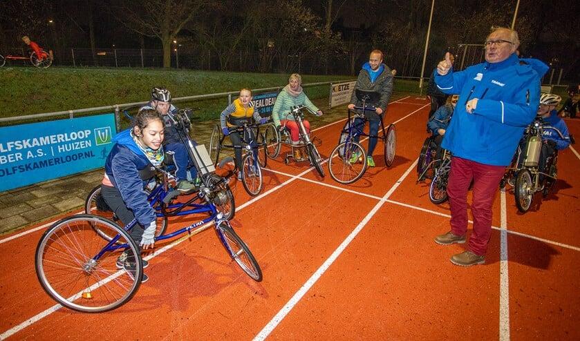 Cees Leeflang met zijn groep atleten met een lichamelijke beperking, waar hij zich de laatste jaren enthousiast voor inzette.