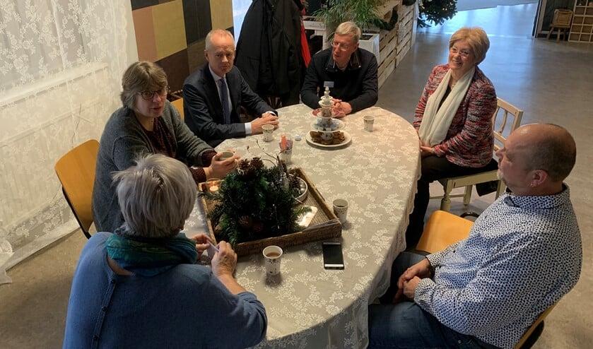 Burgemeester Niek Meijer kwam koffie drinken bij de Pop-Up Herberg.