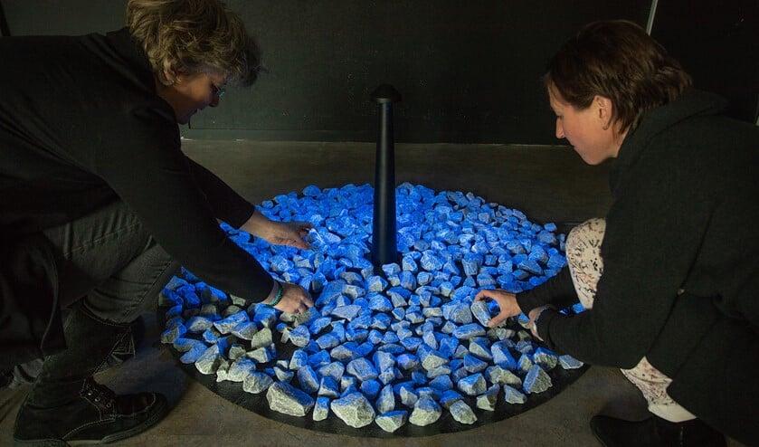Het monument bestaat uit zo'n 600 stenen, die oplichten en weer uitdoven.
